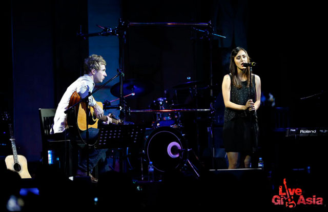 STRIPPED DOWN. The acoustic set-up of Dia's show felt intimate to her fans who filled the venue
