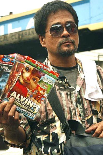DIBIDI, DIBIDI. Soliman Cruz sells illegal merchandise for reel.