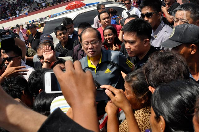 NOT ALONE. During a visit to an evacuation center, President Aquino assures refugees that the government is there for them. Photo by LeAnne Jazul/Rappler