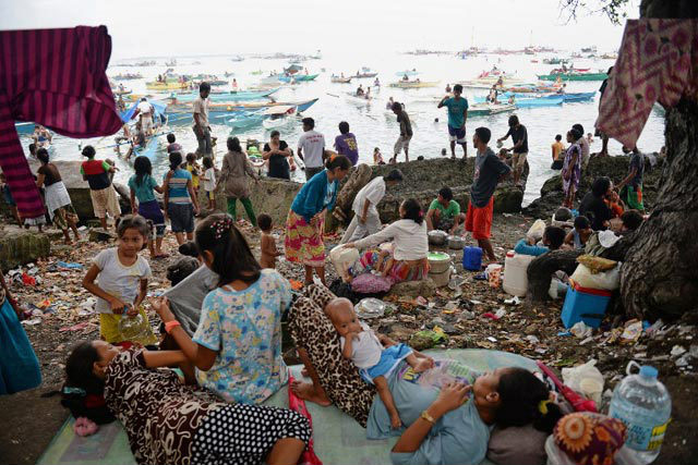 ZAMBOANGA'S REFUGEES. Hundreds of thousands of Filipinos flee their homes because of the Zamboanga siege. Photo by AFP