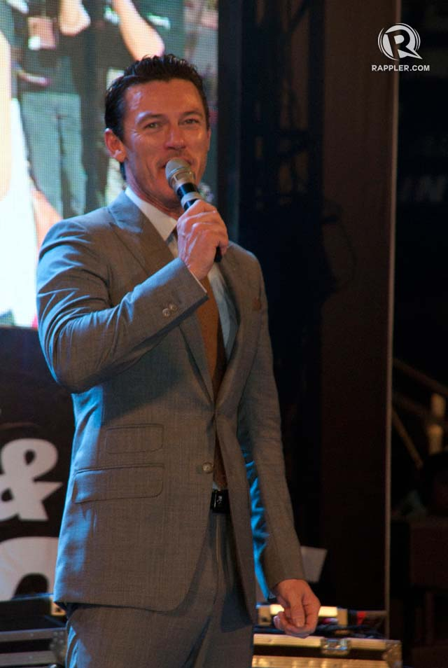 SERENADE. Welsh actor Luke Evans woos the crowd with a rendition of 'Kailangan Kita'