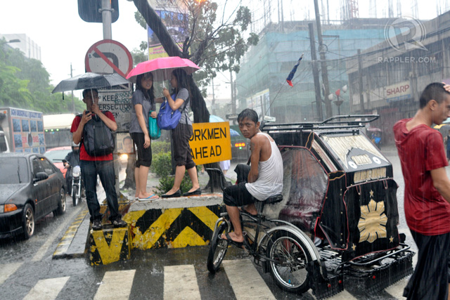 STRANDED. Students were stranded during the sudden downpour of rains along Espana Blvd. in Manila. Photo by Rappler