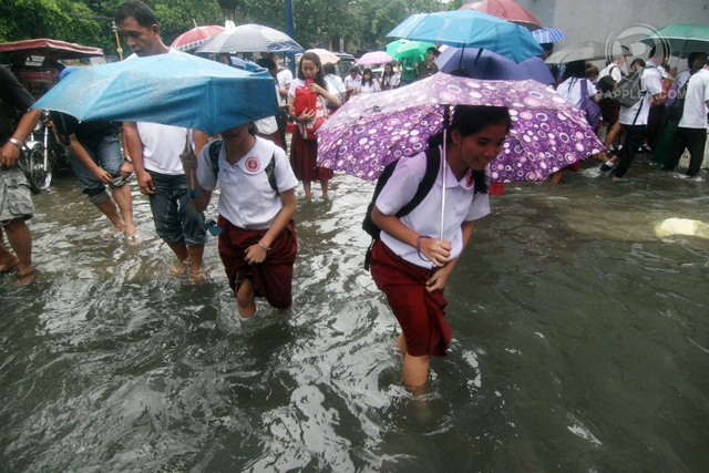 EARLY RETREAT. Classes was suspended in Manila because of heavy rains and flooding. Photo by Arcel Cometa
