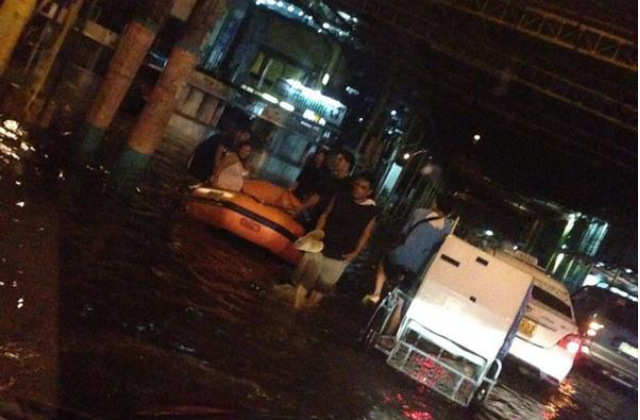 HEAVY RAIN. Enhanced by Typhoon Jose (Halong), monsoon rain causes flooding in Makati City in the evening of August 4, 2014. Photo by Jimzon Jimenez