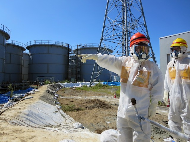 STEAM AT FUKUSHIMA. A handout picture provided by Tokyo Electric Power Co. (Tepco), shows Japanese Minister of Economy, Trade and Industry Toshimitsu Motegi (L) pointing to contaminated water storage tanks during his visit at the crippled Fukushima Daiichi Nuclear Power Plant in Okuma, northeast of Tokyo, Fukushima Prefecture, Japan, 26 August 2013. EPA/TEPCO/HANDOUT