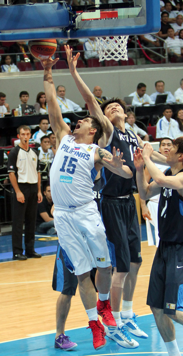 NO TIME TO REST. Despite an injury, Pingris gallantly fought for possession all the time. Photo by FIBA Asia/Nuki Sabio.