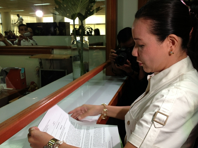 FIRST BILLS. Sen Grace Poe files bills on film tourism and a lunch program for public schools on her first day of reporting to Senate work. Photo by Rappler/Ayee Macaraig