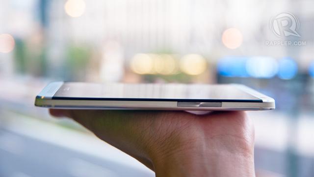 MINIMALIST DESIGN. The HTC One's volume rocker is flushed on the side of the phone.  Photo by Rappler / Michael Josh Villanueva