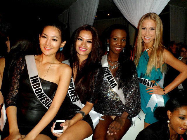 HAVING A BLAST. Miss Philippines Janine Tugonon hanging out with other candidates at Caesars Palace in a photo posted on December 10 at her Facebook fan page. Photo from the Janine Mari Raymundo Tugonon Facebook page