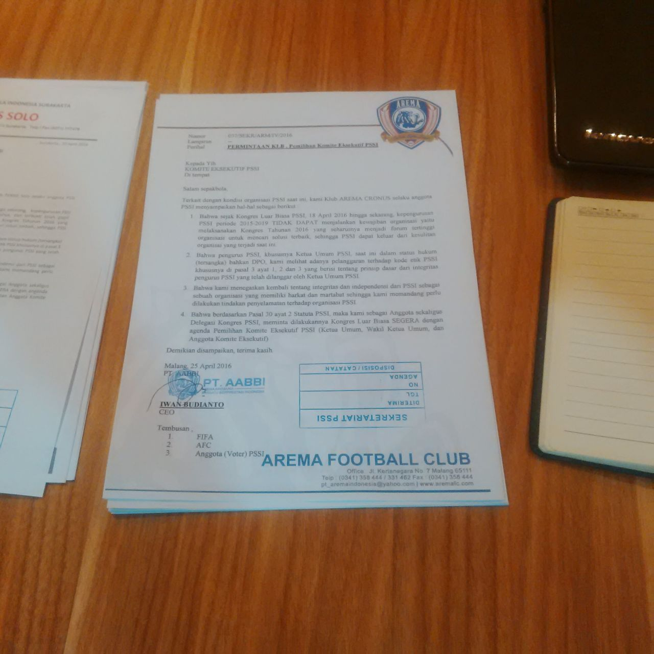 Salinan surat permintaan KLB untuk mengganti La Nyalla yang diteken CEO Arema Football Club Iwan Budianto. Foto: Mahmud Alexander/Rappler