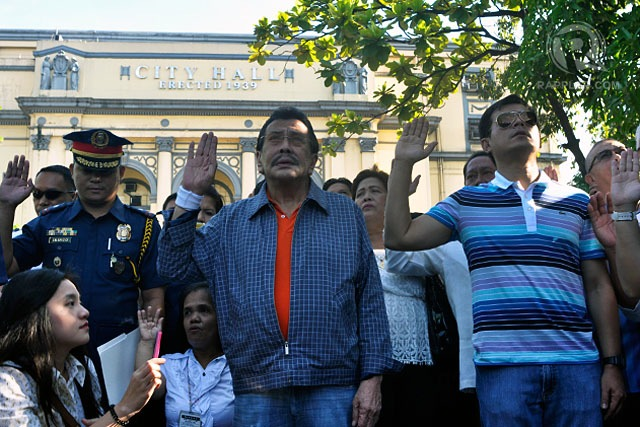 DAY ONE. New Manila mayor Joseph Estrada buckles down to work by attending the city hall's flag-raising ceremony and leading a clean-up drive. Photo by Rappler/Leanne Jazul