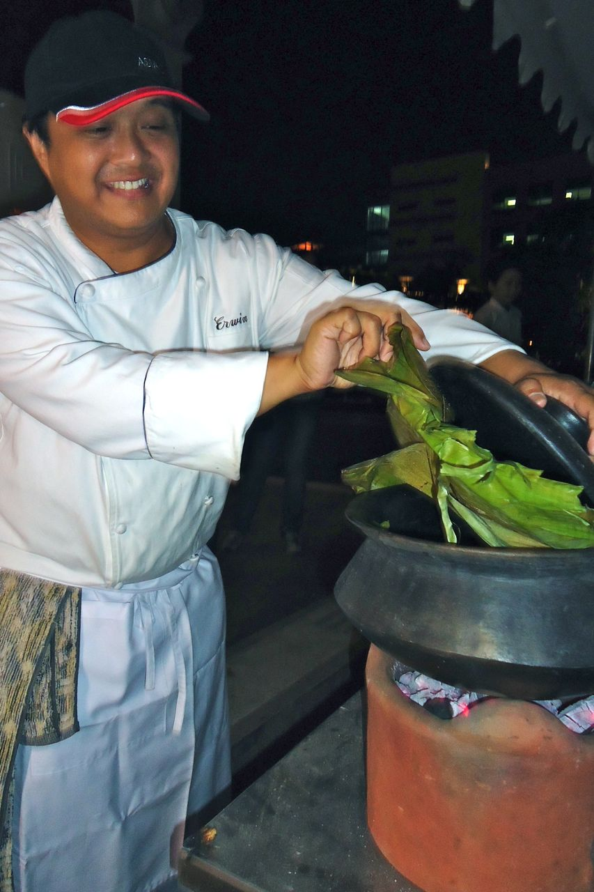YUMMY CHICKEN. Enderun Colleges professor and Kawali Kings founder Erwin Lizarondo preparing Chicken Kinulob