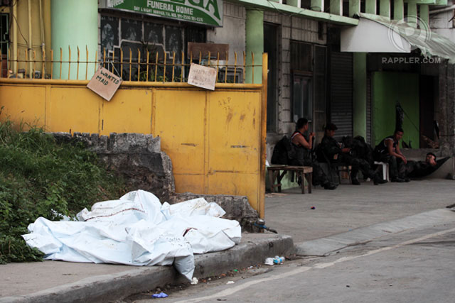 CADAVERS. Bodies of killed MNLF fighters lay unattended near a funeral parlor along Veterans Avenue. Photo by Rappler