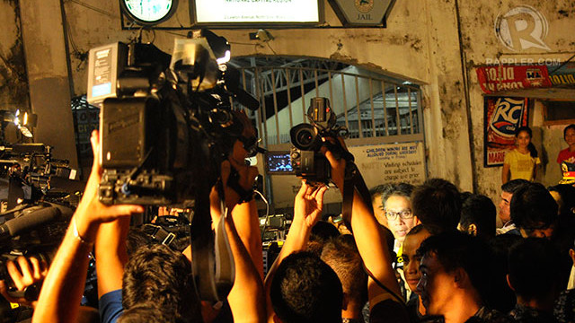 INTERVIEW. DILG Secretary Mar Roxas speaks to media after Napoles was brought inside Makati City Jail. Photo by LeAnne Jazul/Rappler
