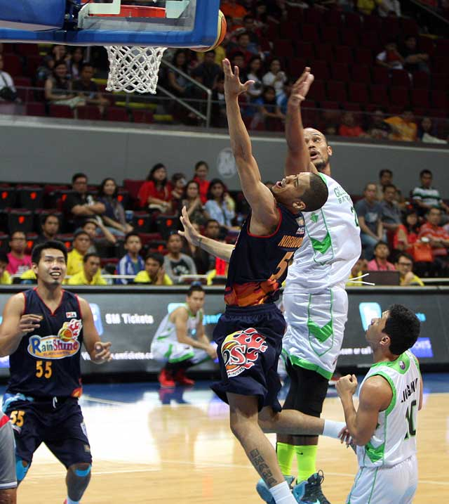 UNDENIABLE. Rain or Shine's Gabe Norwood puts up a shot over Kelly Nabong of GlobalPort en route to victory. Photo by KC Cruz/PBA Images