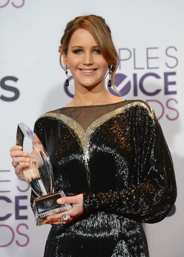 FAVORITE FACE OF HEROISM. Jennifer Lawrence also took home the Favorite Movie Actress award for 'The Hunger Games.' Photo from the People's Choice Awards Facebook page