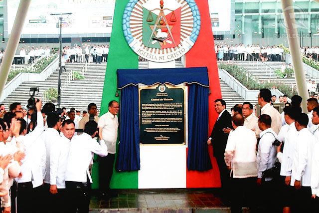FOR INC's CENTENNIAL. President Benigno Aquino III (left) and Iglesia ni Cristo Executive Minister Eduardo V Manalo (right) unveil the marker of the Philippine Arena in Bocaue, Bulacan. Photo by Mark Cristino/Rappler