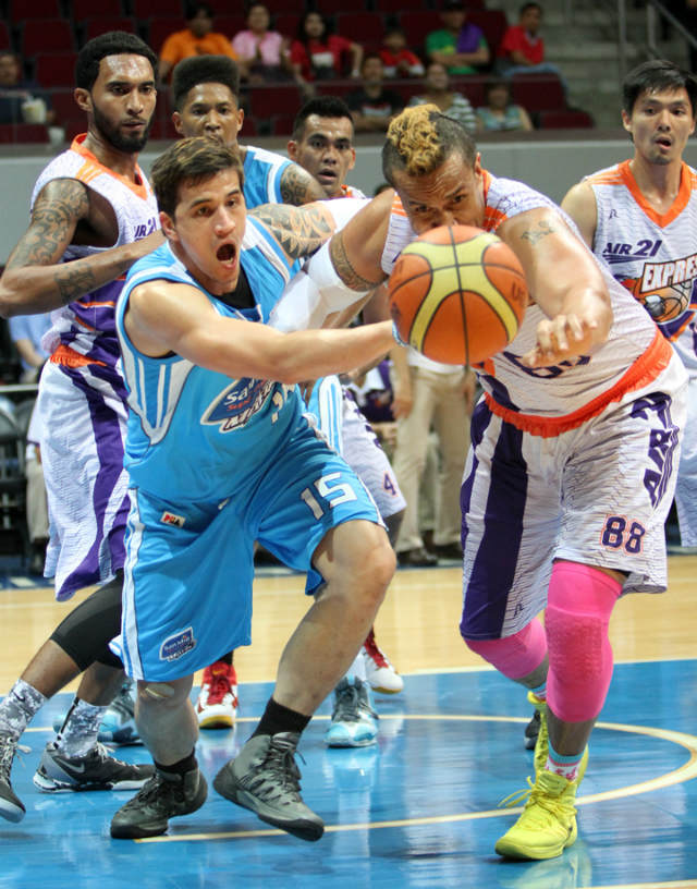 MAD RUSH. Marc Pingris of San Mig Super Coffee Mixers and Asi Taulava of Air21 Express go for a loose ball during a heated game on Saturday, Jan. 11 at Mall of Asia Arena. San Mig Coffee won the game 67-60, eliminating Air21 from Philippine Cup contention. Photo by Nuki Sabio/PBA Images
