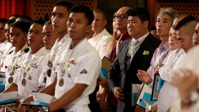 Bakas ng Parangal awardees listen to President Aquino's speech. Among them are divers and members of the Task Force Kalihim that searched for Robredo and his two companions. Photo by Malacau00f1ang Photo Bureau