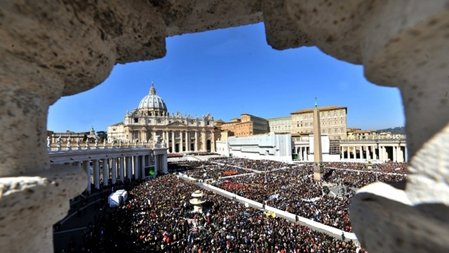 HISTORIC MOMENT. Thousands of Catholics witness Benedict making history as the first pope to resign in 600 years. Photo from AFP