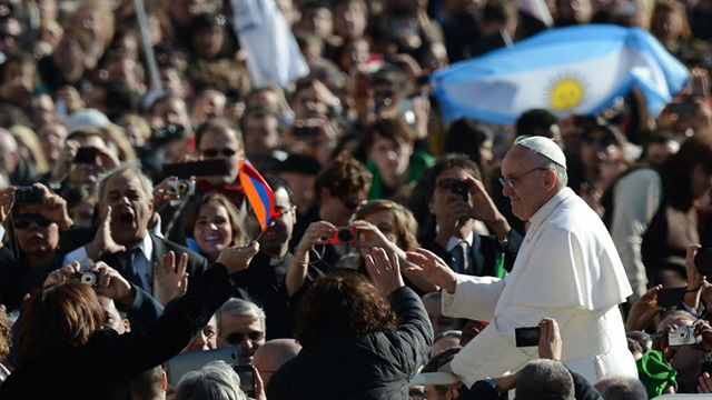 INSTALLATION RITES. Thousands of Catholics attend the rites to official begin Pope Francis' papacy. Photo from AFP