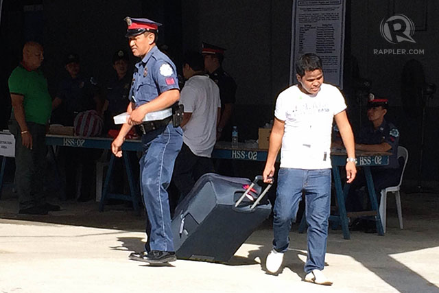 ALL SET. An aide carries Senator Revilla's bag to the detention center. Photo by LeAnne Jazul/Rappler