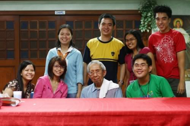 MINDS MOLDED. Students of Fr Roque Ferriols, SJ, visit him during his 83rd birthday in August 2007. File photo by Henson Wongaiham
