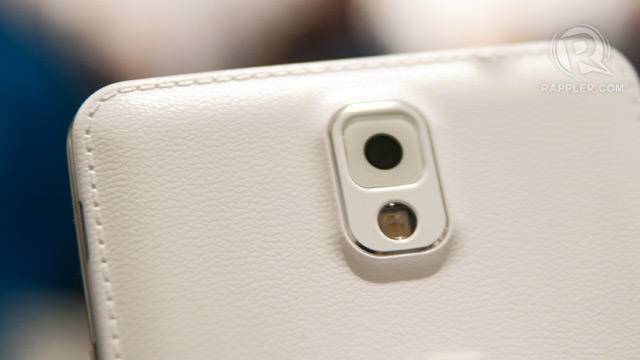 LEATHER BACK. The plastic snap off back case is still there, but it is covered by a faux leather that is stitched on its sides. Photo by Rappler / Michael Josh Villanueva