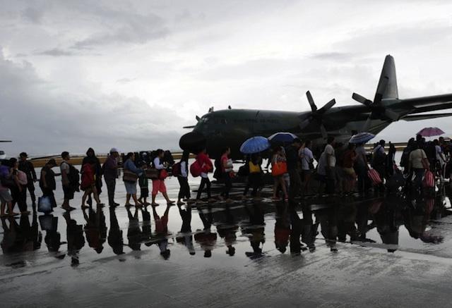 EXODUS. Survivors of the super Typhoon Yolanda/Haiyan, board a C-130 military plane bound for Cebu at Tacloban airport, Leyte, on November 12, 2013. AFP/Ted Aljibe