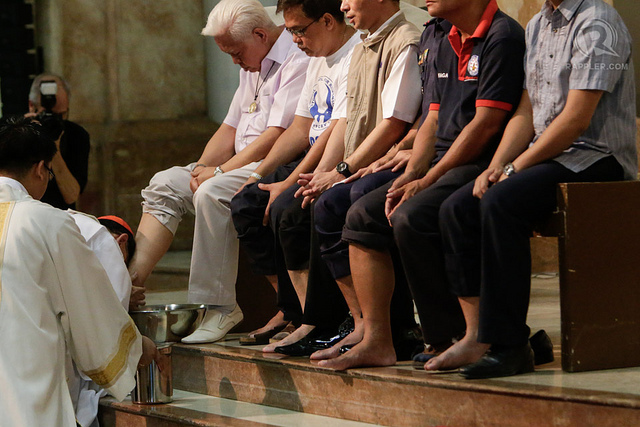 WASHING OF FEET. Before Holy Thursday, Comelec chair Sixto Brillantes Jr says in jest he will get a pedicure before the Washing of the Feet ritual with Cardinal Tagle. Photo by Rappler/John Javellana