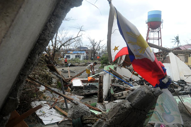 DESTRUCTION. At least 100 are reported dead in Tacloban City, Leyte but government forces have yet to fully assess the extent of damage and loss of life due to Typhoon Yolanda. Photo by Noel Celis/AFP