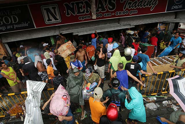 RAMPANT. Looting has become widespread in typhoon-hit Tacloban City after delays in the delivery of relief goods by the national government. EPA file photo by Edwin Malasig