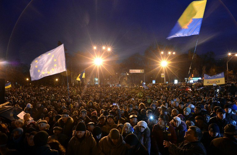 ANGER IN KIEV. Ukrainian protesters wave an EU flag as hundreds gather for an opposition rally in Mykhayllivska Square in Kiev after police dispersed protesters in Independence Square on November 30, 2013. AFP/Vasily Maximov