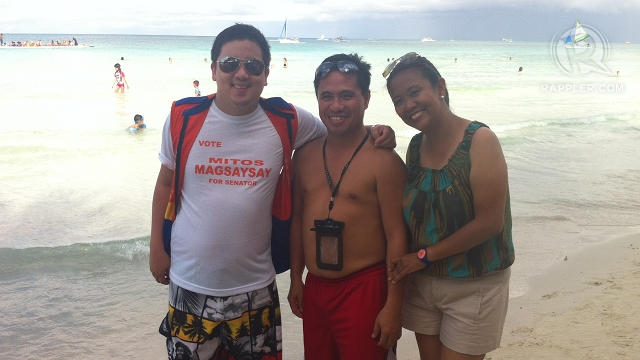 BORACAY CAMPAIGN. Zambales Rep Mitos Magsaysayu2019s son, Anton (left), and Nancy Binay pose with tourists in Boracay on the sidelines of UNAu2019s Western Visayas leg. Photo by Rappler/Ayee Macaraig